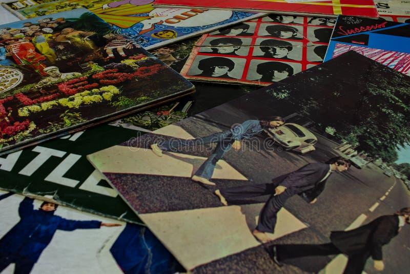 Крышка известного альбома дороги аббатства Beatles с turntable на переднем плане стоковые фотографии rf