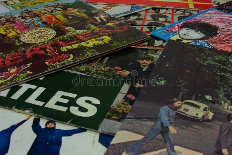 Крышка известного альбома дороги аббатства Beatles с turntable на переднем плане стоковое фото