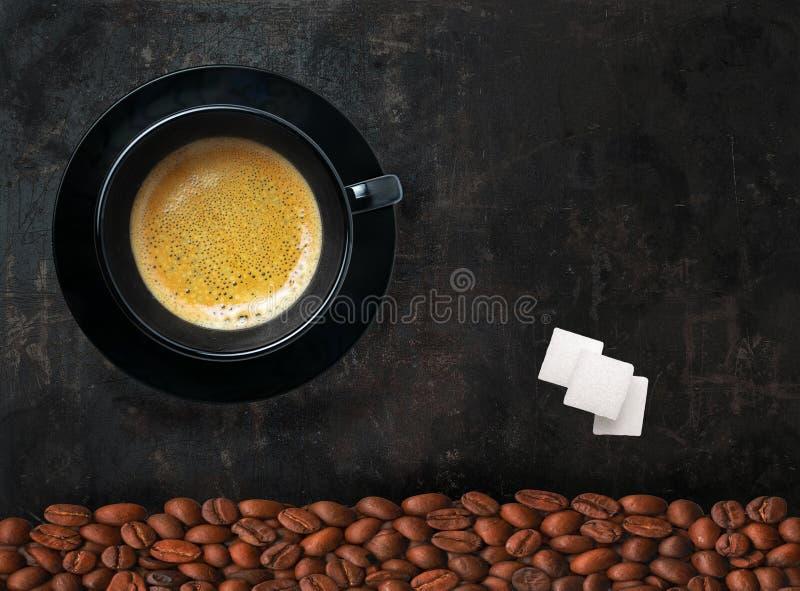 Крышка кофе, кофейных зерен и suger на черной предпосылке стоковая фотография