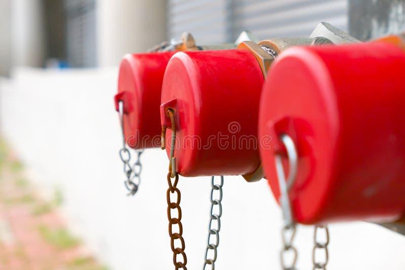 Крышка красного цвета крупного плана жидкостного огнетушителя стоковое изображение rf