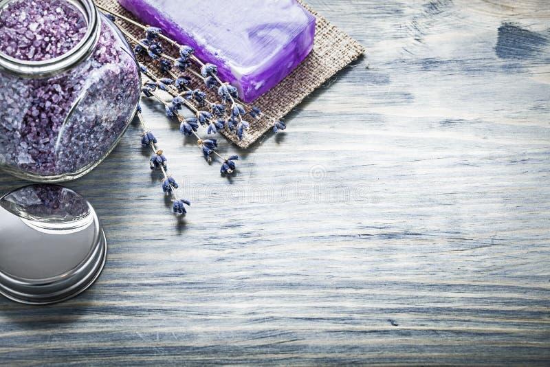 Крышка опарника соли для принятия ванны Handmade лаванды мыла ароматичная на деревянном bo стоковое изображение rf