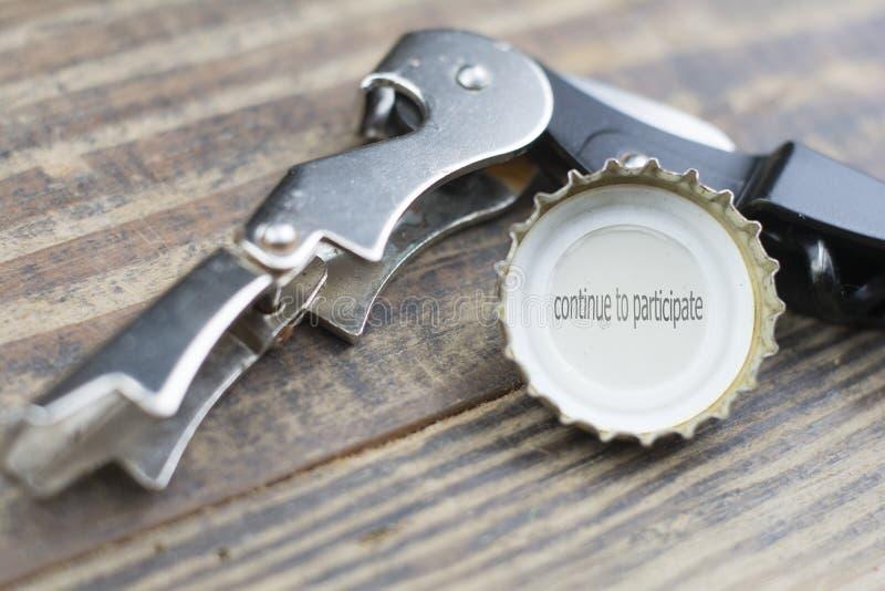 Крышка пива с сказанием продолжается участвовать стоковые фотографии rf