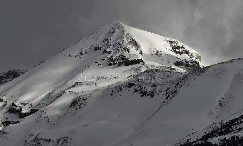 крышка пролома лавины вышла горе готовой правой посвеченный тенью саммит снежка наклона к верхней части стоковая фотография rf