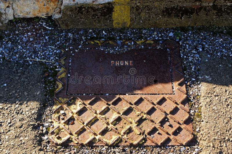 Крышка телефона металла Брауна на том основании стоковые изображения