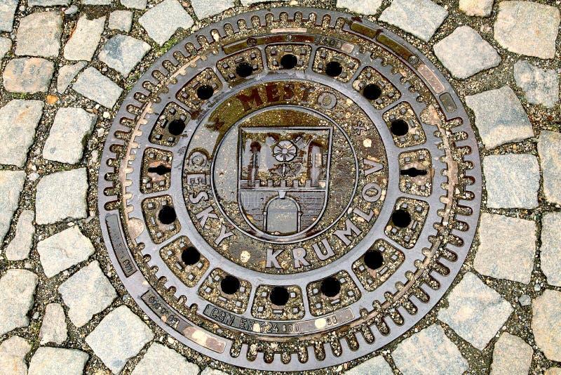 Крышка люка сточной трубы круглого утюга стоковые фото