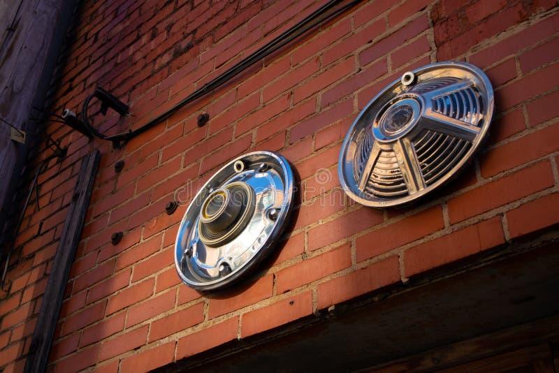 Крышки эпицентра деятельности установленные на кирпичной стене стоковые изображения