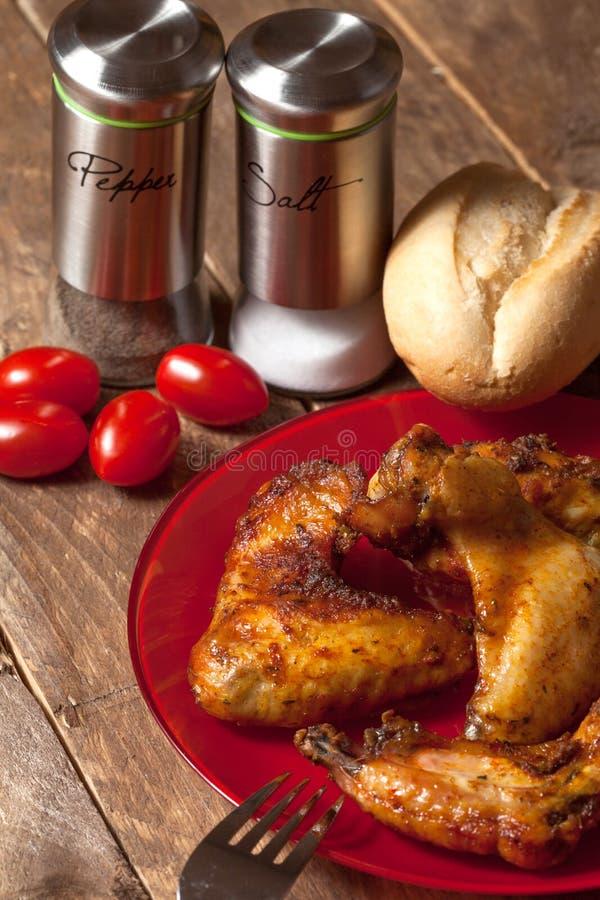 Download крыла зажаренные в духовке цыпленком Стоковое Изображение - изображение насчитывающей таблица, томат: 40583433
