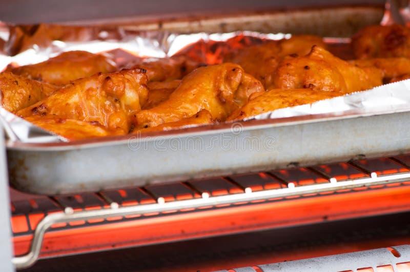 Крыла цыпленка буйвола в печи стоковое изображение rf