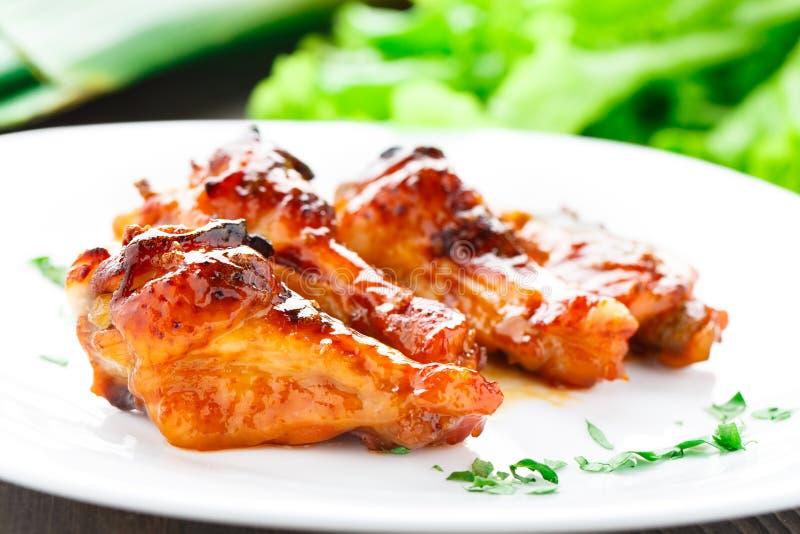 Крыла цыпленка с соусом меда стоковые изображения