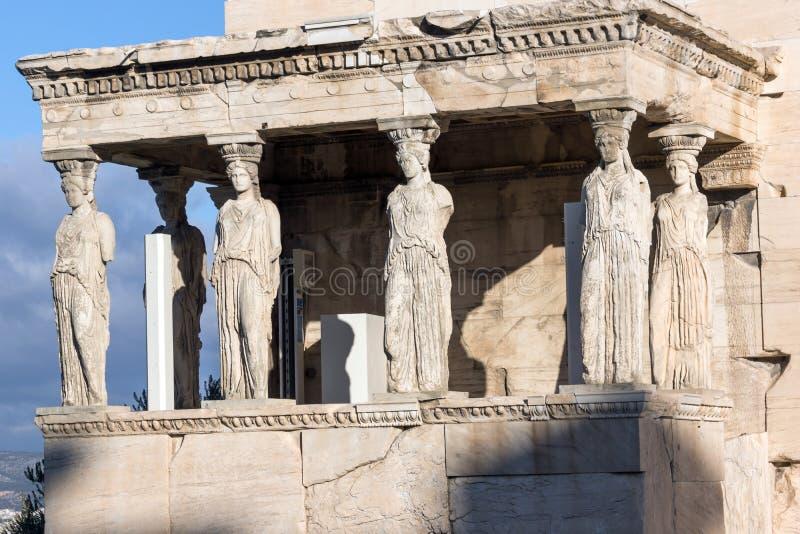 Крылечко кариатид в Erechtheion висок древнегреческия на Норт-Сайд акрополя Афин, Греции стоковая фотография rf