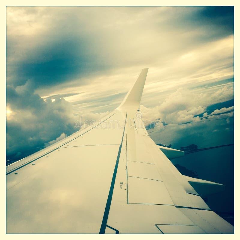 Крыло воздушного судна в полете стоковые изображения rf