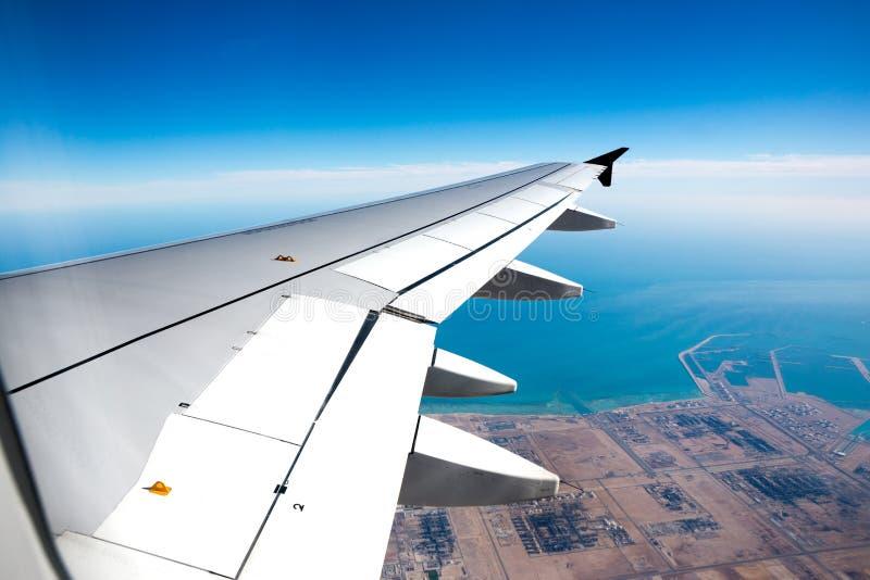 Крыло самолета во время посадки стоковое изображение rf