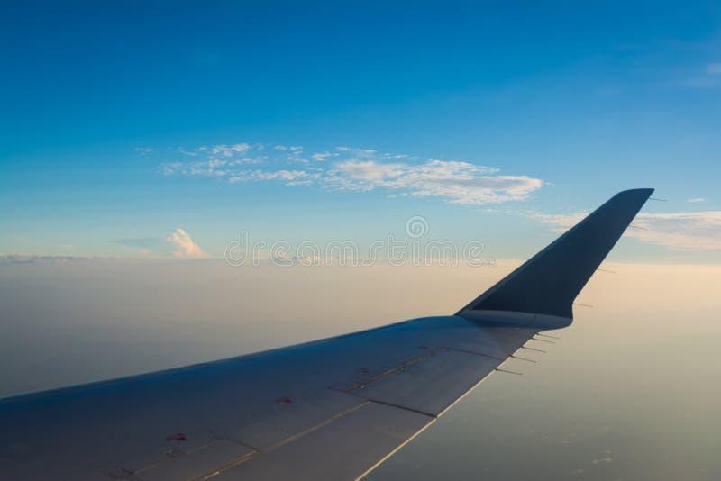 Крыло самолета над голубыми облаками дневного времени стоковые фотографии rf