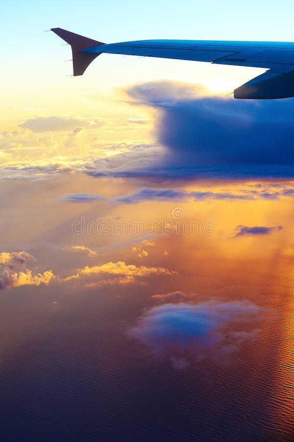 Крыло самолета на предпосылке неба захода солнца над Тель-Авив стоковое фото