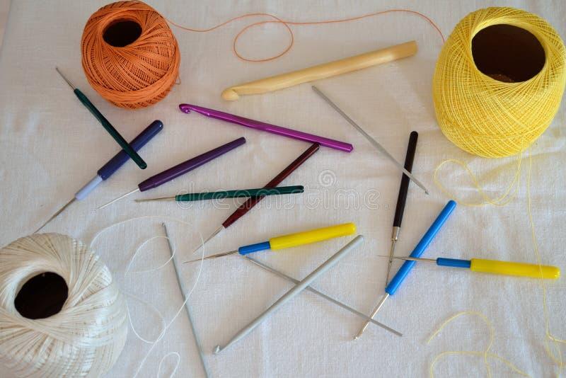 Крюки и пряжа вязания крючком стоковое изображение rf