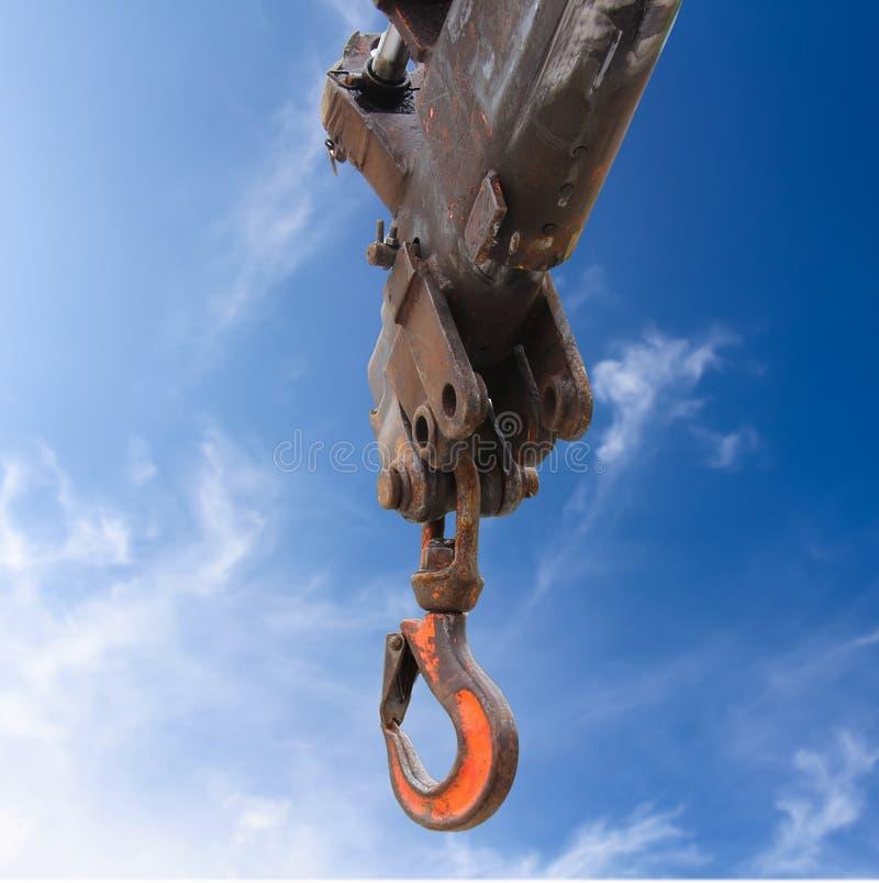 Крюк крана тележки на голубом небе стоковые фото