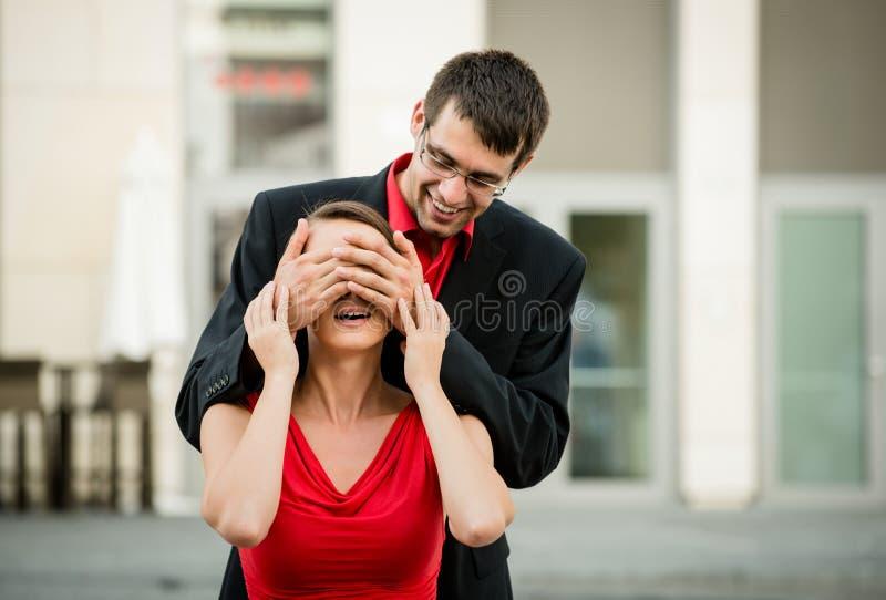 Кто оно? - Человек удивляет женщину стоковое изображение rf