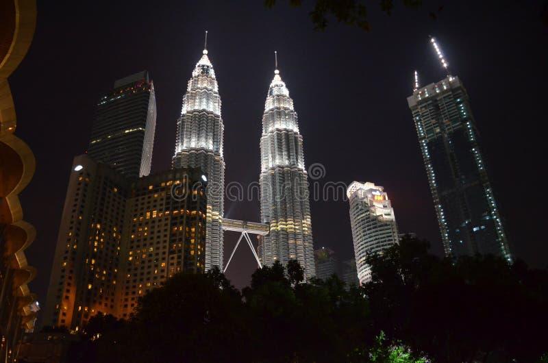 Куала-Лумпур, Малайзия - 22-ое апреля 2017: Взгляд ночи загоренных Башен Близнецы Petronas в Куалае-Лумпур, Малайзии стоковая фотография rf