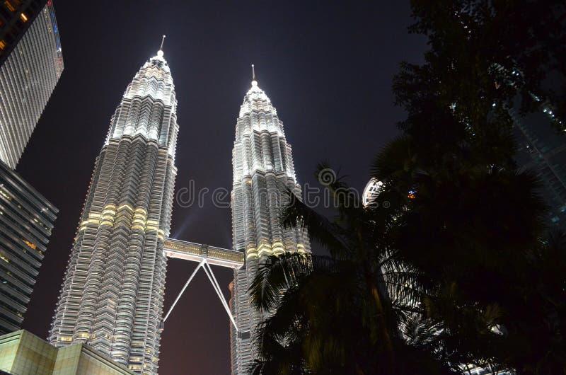 Куала-Лумпур, Малайзия - 22-ое апреля 2017: Взгляд ночи загоренных Башен Близнецы Petronas в Куалае-Лумпур, Малайзии стоковое изображение rf