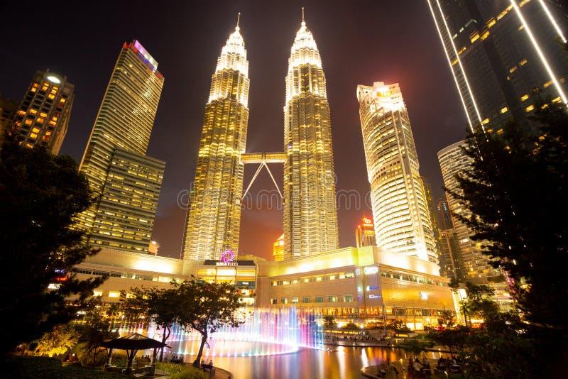 Куала-Лумпур, Малайзия - 3-ье мая 2019: Башни Petronas и парк KLCC вечером стоковая фотография
