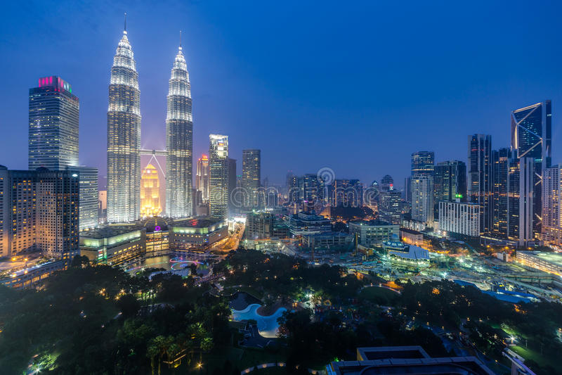 Куала-Лумпур, Малайзия - около сентябрь 2015: Панорама города Башен Близнецы и Куалаа-Лумпур Petronas паркует к ноча стоковое фото