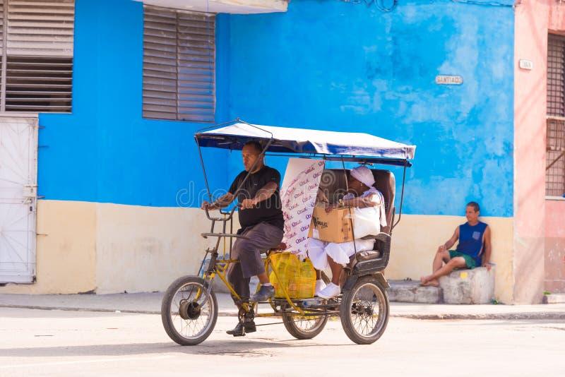 КУБА, ГАВАНА - 5-ОЕ МАЯ 2017: Такси велосипеда пассажира Скопируйте космос для текста стоковое изображение