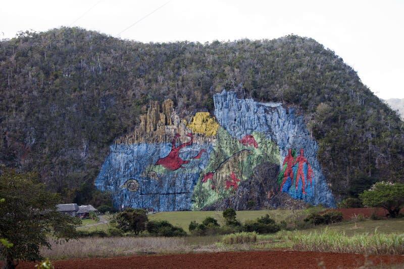 КУБА 28-ОЕ ЯНВАРЯ 2013: Стена протоистории, ` фрески ` доисторическое, искусство Murale покрашенное на утесах в долине Vinales стоковое фото rf