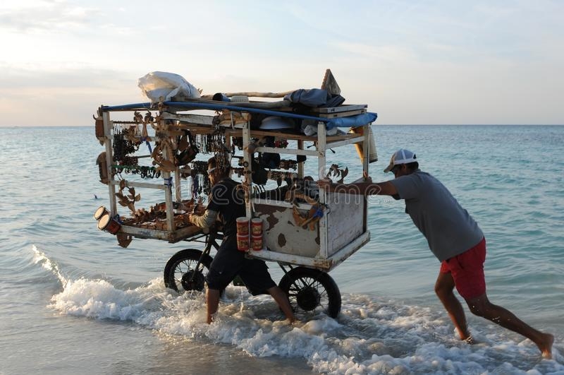 Куба: Пристаньте торговца к берегу сувенира на пляже Варадеро нажимая его тяжелое стоковые изображения rf