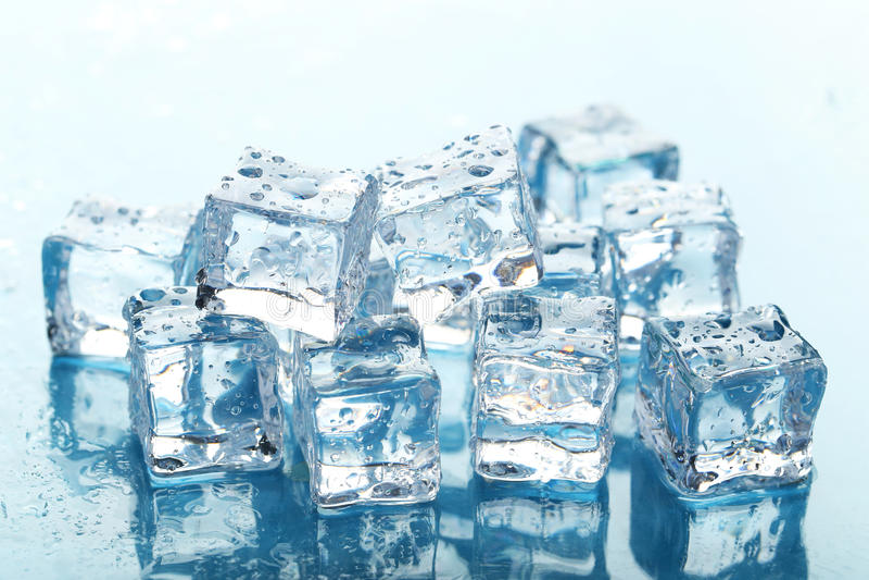 кубики морозят плавить стоковое фото