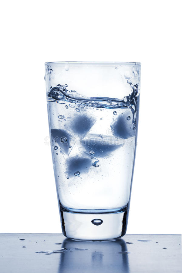 Кубики льда в стекле воды стоковая фотография rf