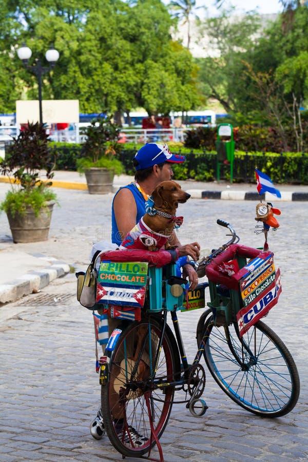 Кубинський торговец на улице в городе Кубе Гаваны стоковое фото rf