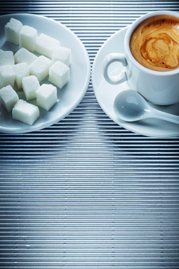 Кубок капучино кофе соусер чайная ложка сахарные кубики на полосатом фоне стоковое фото rf
