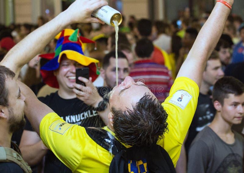 Кубок мира 2018 Москва ФИФА 2018 Эмоции футбольных болельщиков на улицах Москвы Смешные люди выпивая пиво стоковое изображение