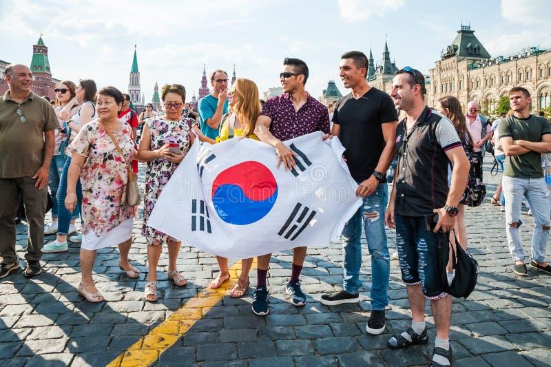 Кубок мира 2018 ФИФА Вентиляторы Кореи при флаг сфотографированный на красной площади стоковые изображения rf