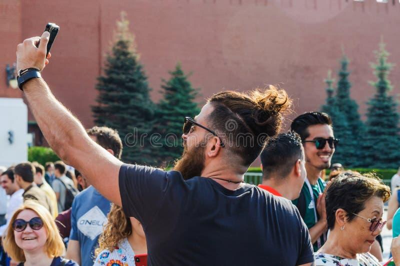 Кубок мира 2018 ФИФА Футбольный болельщик делает selfie на красной площади стоковые изображения