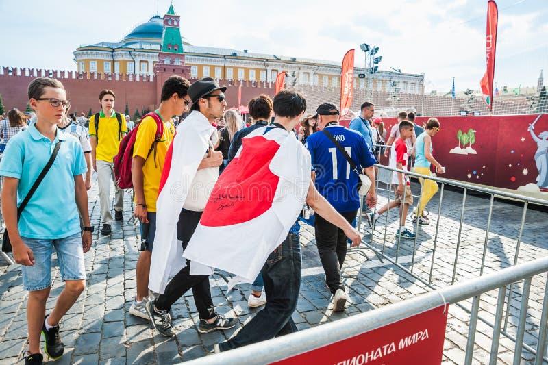 Кубок мира 2018 ФИФА Японские вентиляторы идут к зоне вентилятора на красной площади стоковые фото
