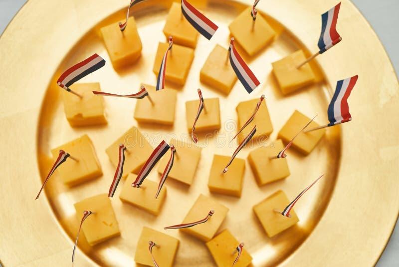 Кубы голландского сыра с флагами стоковое изображение rf