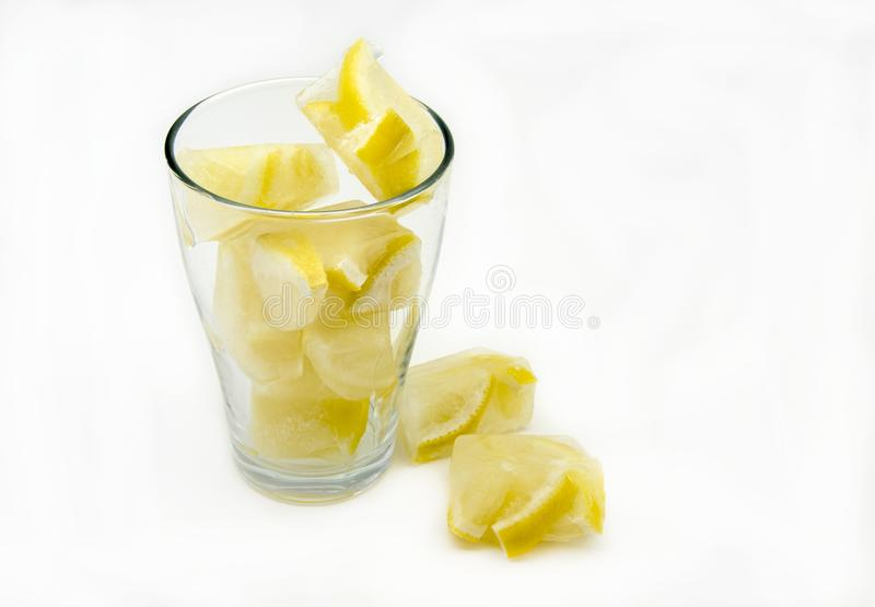 Кубы льда с лимонами стоковое фото