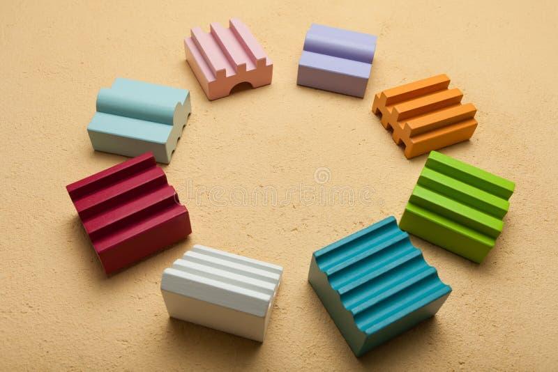 Кубы различных форм в круге, концепции тимбилдинга стоковые фотографии rf