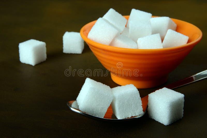 Кубы сахара в шаре и ложке стоковая фотография