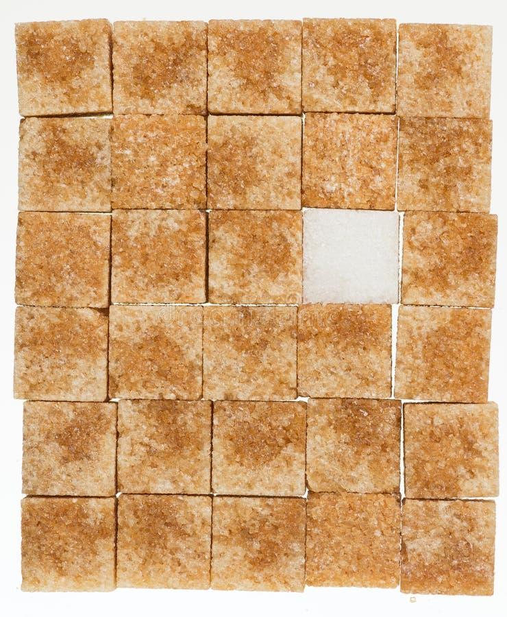 Кубы сахарного тростника коричневые и белизны уточнили изолированный стоковая фотография