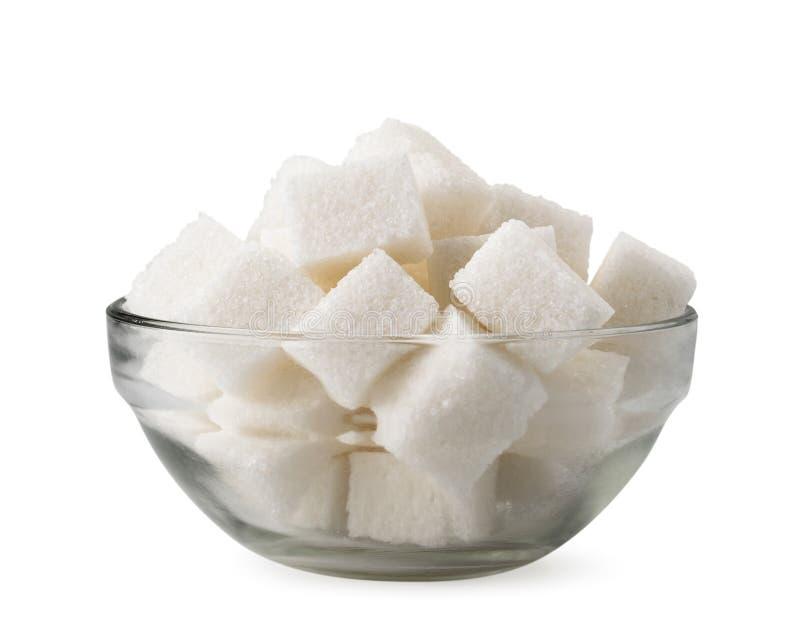 Кубы уточненного сахара в стеклянной пластинке на белой предпосылке o стоковое фото