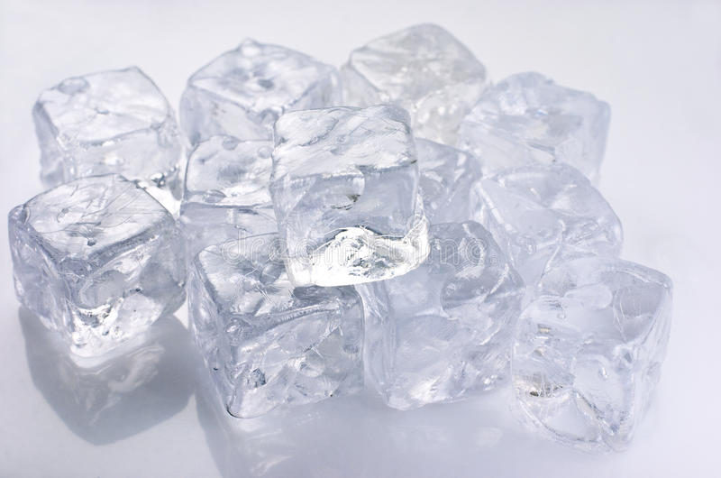 Download Кубы льда стоковое изображение. изображение насчитывающей изолировано - 33728967