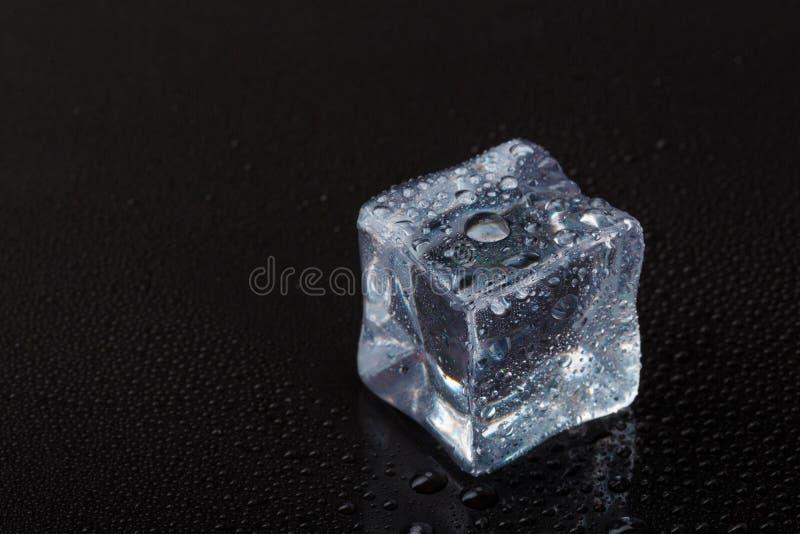 Кубы ясного льда на черной таблице стоковое изображение rf