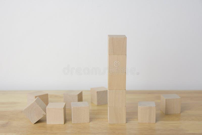 Кубы Woodens на таблице стоковое изображение rf