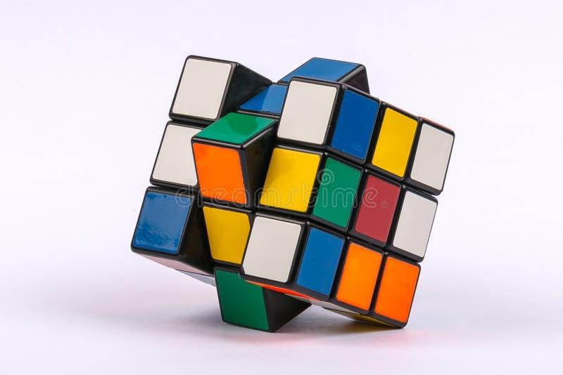 Куб красочного Rubik со смешанными цветами белизна изолированная предпосылкой стоковые изображения