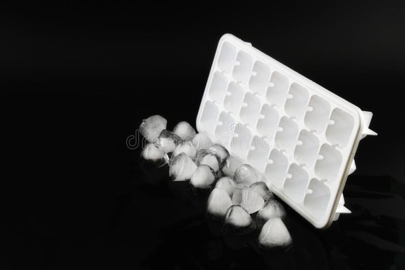 Куб льда, который извлекли из холодильника стоковое фото
