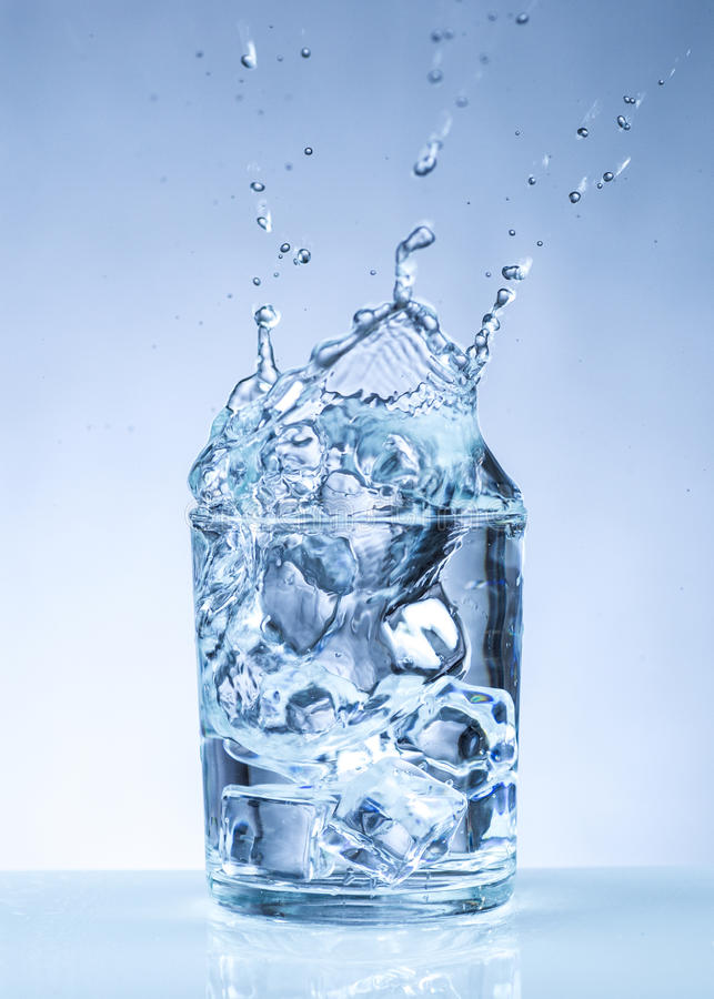 Куб льда в стекло воды стоковое фото