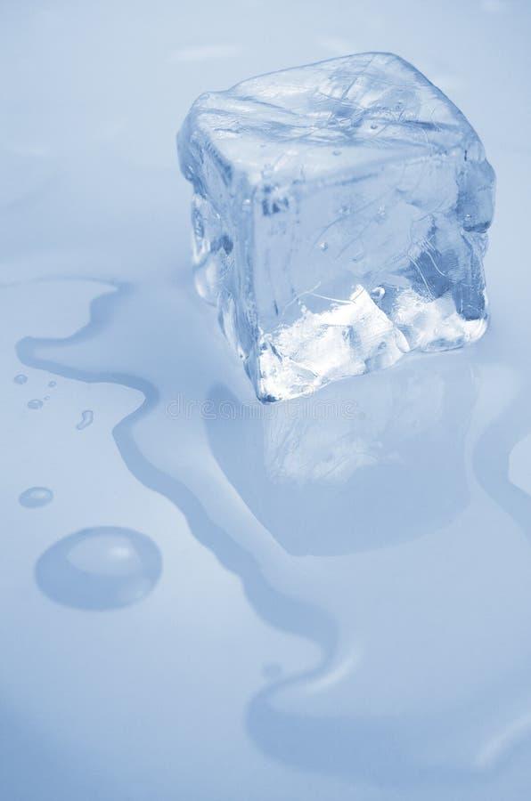 Download Куб льда стоковое фото. изображение насчитывающей свеже - 33728978