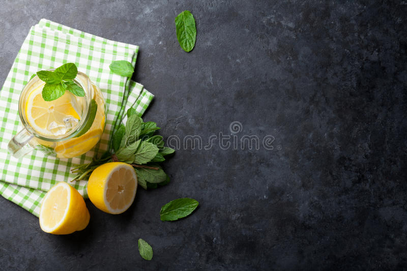 Кувшин лимонада стоковые изображения rf